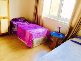 ***WONDERFUL TWIN ROOM IN ZONE 1 ,TOWER HILL ***