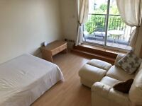 2 mins walk to East India Dlr. Large rooms with O2 Arena & Thames view.