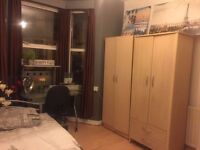 Twin room in Tooting Broadway. Available now.