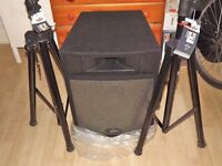 A BRAND NEW PAIR OF PEAVEY MESSENGER PRO 15 SPEAKERS 300watts EACH WITH STANDS