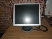 19 inch samsung TFT monitor with mains lead has tilt base and wall mountable works 100%