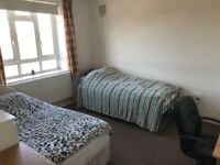 Twin Room for 2 People in Zone 2 White City in a cosy flat with living room - All bills included