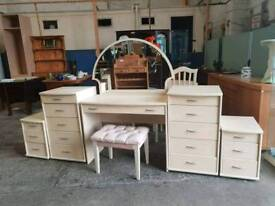 Bedroom set including dressing table with stool, 2x chest of drawers and 2x bedside drawers