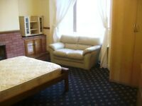 WARM, SUNNY, SAFE, CLEAN , VERY LARGE DOUBLE BEDROOM IN FRIENDLY HOUSESHARE. NO BOND FULL Wifi