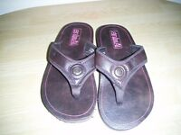 PAIR OF LADIES BRAND NEW ANIMAL FLIP FLOPS. SIZE 4.