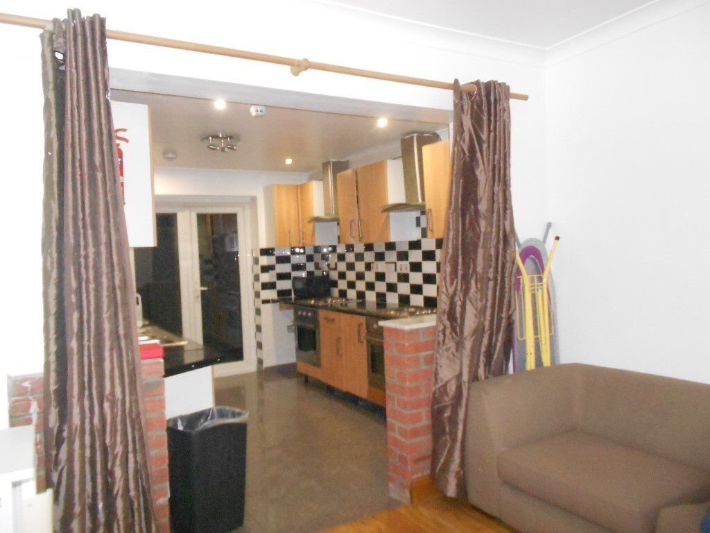 DOUBLE BEDSIT, SUNNINGDALE AVENUE, EAST ACTON, W3