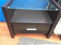 PAIR OF WOODEN SIDE TABLES, BROWN BEDSIDE TABLES WITH GLASS TOPS