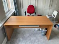 Free double desk in Streatham