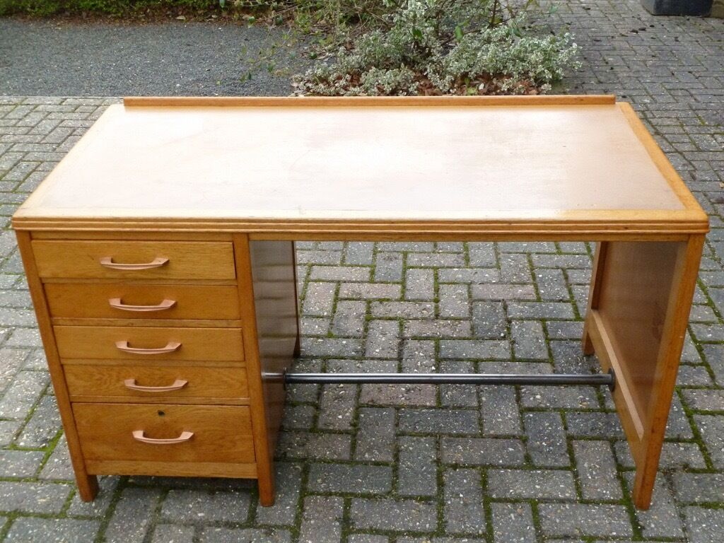 Oak desk with single pedestal and 5 drawers