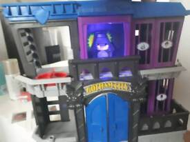 batman Gotham city play house with 3 characters