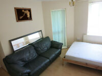 Large Double Room with a Personal Balacony Zone 2 Central Line White City Area !!!