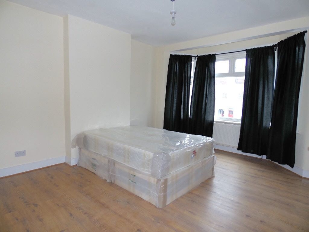 WOOD GREEN* SPACIOUS* ALL BILLS INCLUDED* DOUBLE ROOM* NEWLY IMPROVED HOUSE* FURNISHED*