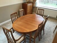 Excellent condition William Lawrence extendable dining table with 2 carvers and 4 chairs
