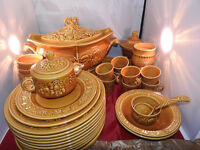 extensive 1960s Royal Worcester pottery Crown Ware dinner service ( 72-76 ps)