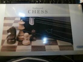 GIBSONS G402, Really Lovely CHESS Set in FAUX LEATHER CASE. 3 1/2 INCH KING Ideal Gift
