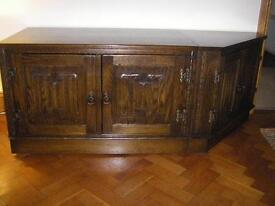 Oak Hi Fi unit, Linen-Fold pattern on doors. Condition is very good