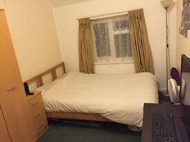 Double bedroom-Close to Town,Uni, & Train station