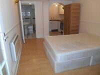 SUPER DOUBLE STUDIO WITH PRIVATE ENTRANCE NEAR ZONE 2 TUBE, 24 HOUR BUSES TO CENTRAL LONDON & SHOPS