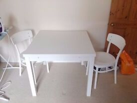 Dining room table, extendable, in white with 2 chairs