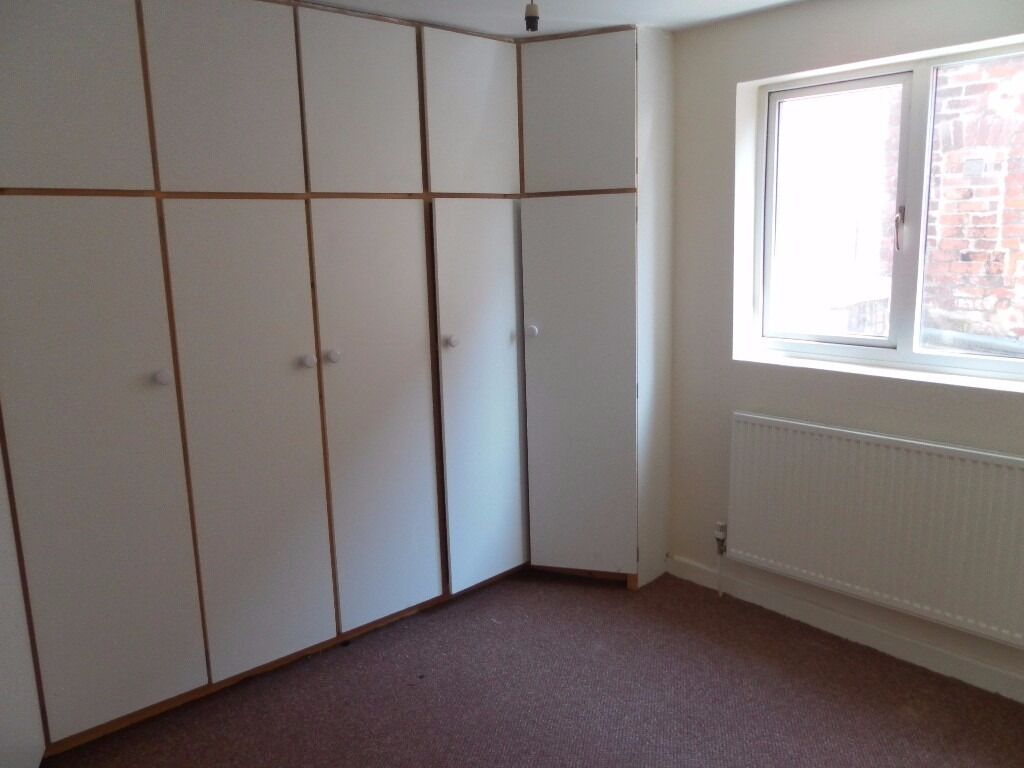 spacious 2 bed 1st fl flat close to marina, Southport town centre, gch, dg, fit kit, pking, unfurn