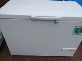 LARGE SIZE SIEMENS CHEST FREEZER IN GOOD WORKING CONDITION