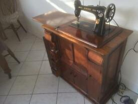 VINTAGE SINGER 66K4 SOWING MACHINE & CABINET