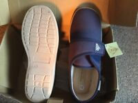 New pair of men's Dunlop slippers size 6