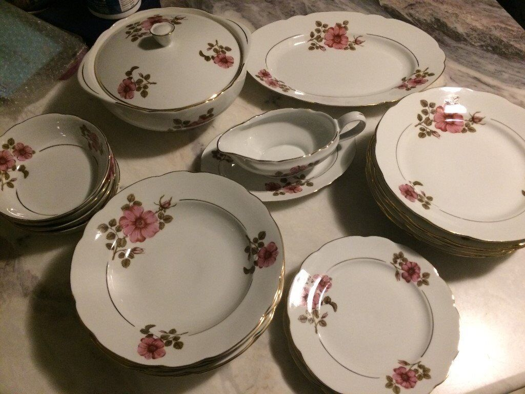 DINNER SERVICE TO GRACE YOUR Christmas table
