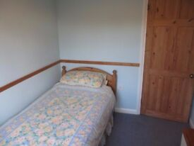 Single bedroom in detached house within 10 mins walking distance of High Street/railway stn