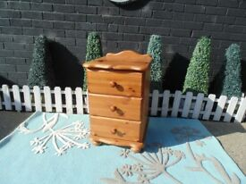 SINGLE SOLID PINE BEDSIDE CABINET WITH 3 DRAWERS SOLID UNIT AND IT'S IN VERY GOOD CONDITION