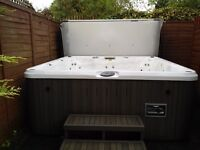 LUXURY JACUZZI J280 HOT TUB 42 POWERFUL JETS SEATS 6 TO 7 ADULTS LED LIGHTING RADIO MP3 PLAYER