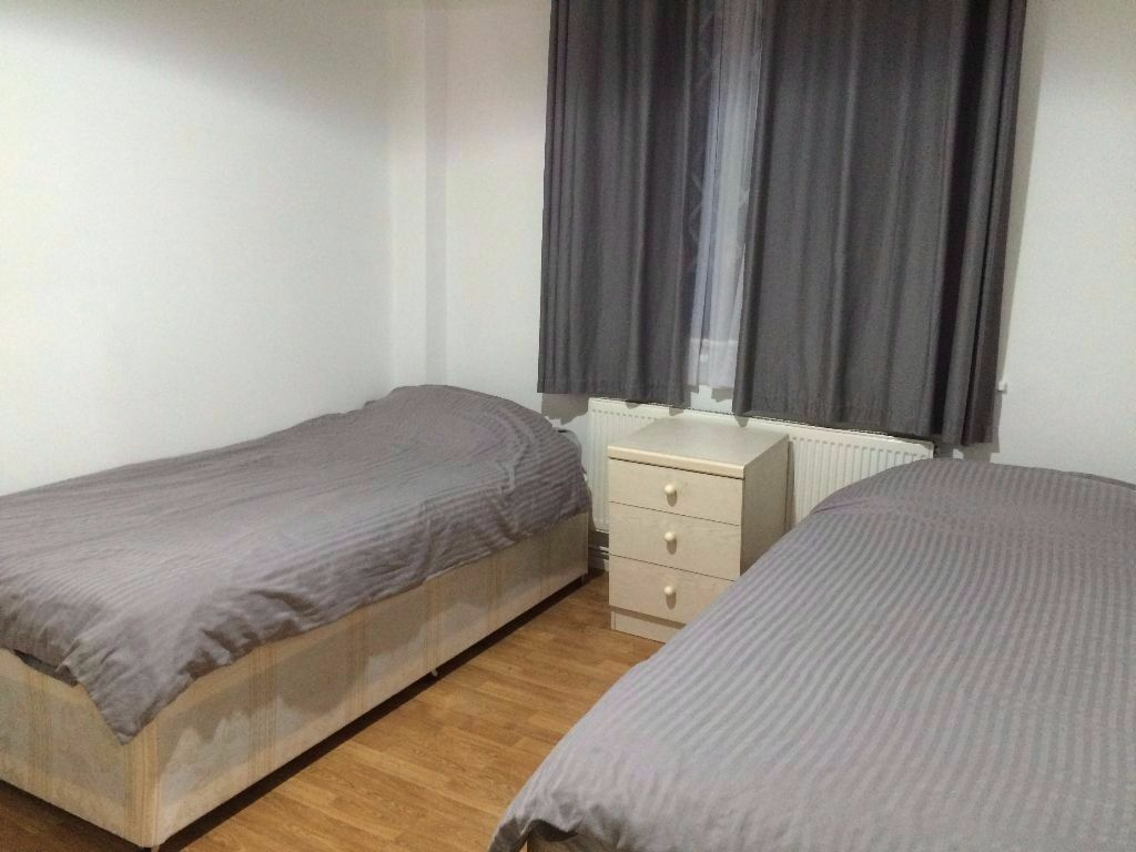 COZY AND BRIGHT TWIN ROOM WITH TWO BEDS NEAR CANARY WHARF!