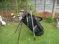 MENS GOLF CLUBS RIGHT HAND IN TAYLOR MADE GOLF BAG WITH STAND