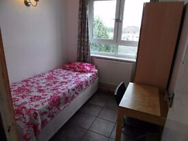 Single room available in Bow road station. £140pw all incl