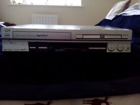 JVC HR-XVS20 DVD PLAYER & VCR/VHS VIDEO TAPE PLAYER COMBI - 2 IN 1 UNIT WITH REMOTE
