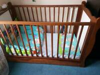 Baby wooden cot/bed 2 in1with drawer and mattress in very good condition...
