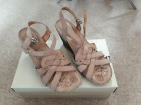 Womens Size 5 Hush Puppie Sandals