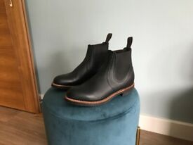 Men's Red Wing 8200 Heritage Chelsea rancher boot in top quality black leather. Size 6.5 Eur 40