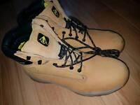 Dunlop sfery boots size 13