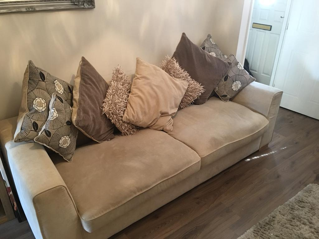 Beautiful 3 Piece Suite For Salein Cambuslang, Glasgow - Lovely cream fabric suite of furniture. 1x4 seater , 1x2 seater and 1 single seat. Used but in very good condition for age. Obviously, given the size, buyers must arrange uplift. £299for quick sale. Thanks for looking!