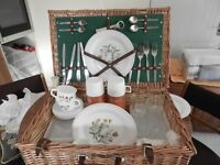 WICKER PICNIC HAMPER 4 place settings, 2 flasks