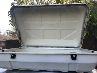 Roof box with fixings