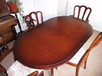 MEREDEW MAHOGANY EXTENDABLE DINNING ROOM TABLE WITH 4 CHAIRS IN GOOD CONDITION