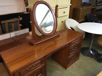 A VERY NICE DRESSING TABLE WITH MIRROR AND MATCHING BEDSIDE CABINETS