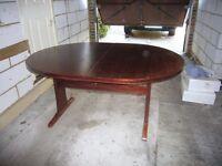 Good condition dining table mahagony finish