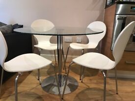 Dining room table and chairs in fantastic condition for sale