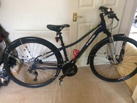 Trek Neko 2016 Hybrid bike, never used. Brand new unused Lazer helmet included & bike chain lock.