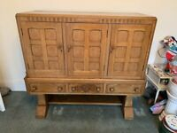A GREAT LOOKING VINATGE/ANTIQUE OAK DRINKS CABINET/SIDEBOARD IN NICE PRE-LOVED CONDITION