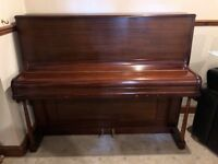 Piano in mahogany wood