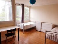 HUGE TRIPLE ROOM WITH PRIVATE BALCONY -- CANARY WHARF